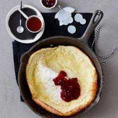Jeannys schnelle und einfache Pfannkuchen aus dem Ofen - dazu gibt es Preiselbeeren oder Ahornsirup als Topping.