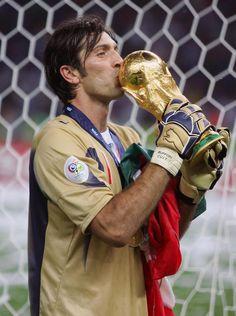 Gianluigi Buffon, né le 28 janvier 1978 à Carrare (Toscane), est un footballeur italien qui évolue au poste de gardien de but (La Squadra Azzura)