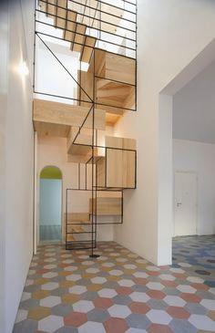Escalera escultural conecta dos pisos de mosaico en la casa de un viejo pescador en Sicilia - Tecno Haus
