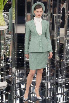 Karl Lagerfeld decreta a volta do power tailleur no desfile couture da Chanel - Vogue Chanel Spring 2017, Chanel 2017, Chanel Runway, Chanel Couture, Fashion Face, Fashion Week, Fashion 2017, New Fashion, Fashion Moda