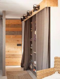 Vestidor con cortinas en el pasillo