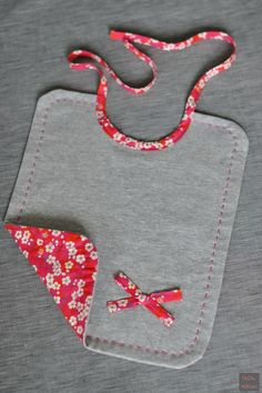 Geborduurd slabbetje in jersey en liberty - fikOu miKou Bavoir brodé en jersey et liberty – fikOu miKou Geborduurd slabbetje in jersey en liberty – fikOu miKou Couture Bb, Couture Sewing, Baby Sewing Projects, Sewing For Kids, Sewing Ideas, Baby Gifts To Make, Easy Baby Blanket, Creation Couture, Baby Kind