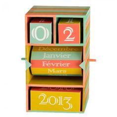 Un calendrier sous forme de cubes dans une boîte