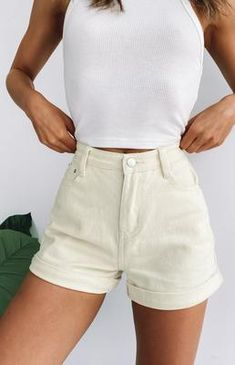 Legging Outfits, Casual Leggings Outfit, Summer Shorts Outfits, Cute Casual Outfits, Khaki Shorts Outfit, Fashionable Outfits, Outfits With White Shorts, White Short Outfits, Colored Shorts Outfits