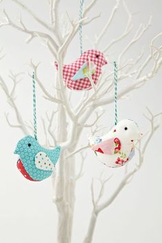Possible wedding favor. How to Make Fabric Birds By Helen Philipps from Love Patchwork and Quilting Magazine - diy Fabric Animals, Fabric Birds, Fabric Scraps, Felt Animals, Bird Crafts, Easter Crafts, Christmas Crafts, Christmas Bird, White Christmas