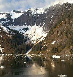 Una de las impresionantes montañas del Fiordo cubiertas de nieve incluso en verano - Alaska