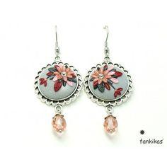 Brincos delicados de motivos florais em tons de cinza, rosa e bordô, com suaves brilhantes prateados, com pendente de cristal bohemia
