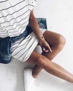 Robe t-shirt veste à la taille sneakers blancs = le look relax-stylé parfait…
