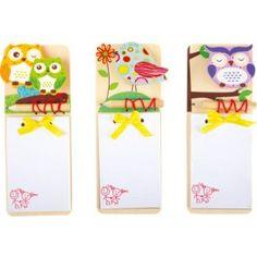 24er Set. Eulen und Vögel aus Holz zieren diese tollen Notizblöcke. Sie lassen sich durch angebrachte Magnete sehr gut an einer magnetischen Wand befestigen. Der kleine Bleistift wird durch ein Gummiband gehalten und der Papierblock durch ein gelbes Schleifenband. Die jeweiligen Eulen und Vögel verstecken eine Klammer, an der alle geschriebenen Notizen festgehalten werden.