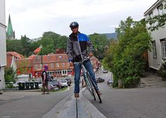 In the city of Trondheim, Norway lies a hill that's big and steep enough to deter casual cyclists. To help promote cycling in the city and give the environmentally friendly activity a 'lift', a bicycle escalator called the CycloCable was installed. Bike Lift, Trondheim Norway, Urban Bike, Urban Cycling, Bored Panda, First World, Skiing, Transportation, The Incredibles