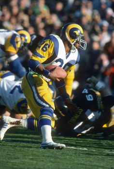 Wendell Tyler of the Los Angeles Rams carries the ball against the Pittsburgh Steelers during Super Bowl XIV on January 20 1980 at the Rose Bowl in...