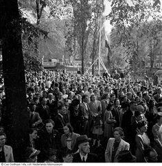 Herdenking voor de groep in maart gefusilleerde verzetsstrijders, Weteringplantsoen, Amsterdam (mei 1945) Opmerking: op de herdenkingsplaats zijn de verzetstrijders terechtgesteld