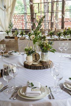 Свадьба в экостиле, стиль рустик спилы на столы, выжженные номерки на столы…