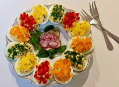 Kolorowe jajeczka faszerowane żółtym serem, szczypiorkiem oraz rzodkiewką pięknie i smacznie zaprezentują się na wielkanocnym stole ale oczywiście nie tylko Frittata, Easter Recipes, Bruschetta, Good Food, Food And Drink, Appetizers, Menu, Cooking Recipes, Eggs