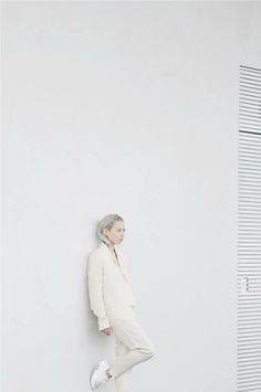 pure, minimal white style – business outfit and sneakers | Fashion + Photography | Design: Weekday |