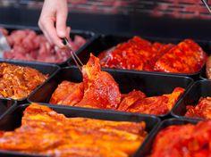 Aby grilované potraviny mali správnu chuť, mnohé z nich treba na dlhší čas naložiť do marinády.