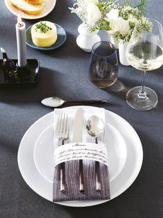 Schwarz-Weiß zaubert im Nu Eleganz auf den Tisch. Da zu klare Formen und ein Mix aus matten und glänzenden Oberflächen – sehr stilvoll.