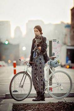 Pantalones Jean Paul Gaultier, chaqueta Kate Moss,bisuteria de cuero de Bliss Lau, zapatos Alexander Wang bolsa para bici de Collina Strada.