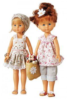 Des poupées en tenues fleuries