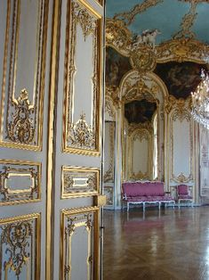 What is it that makes French decorating style so appealing? Parisian Apartment, Paris Apartments, French Girl Style, French Country Style, Big Beautiful Houses, Baroque, Rococo, English Decor, Interior Decorating