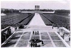 Los congresos de Nuremberg: Se realizaron desde los años 20 en esta ciudad, situada en el centro del Tercer Reich. Se llegaba a congregar a medio millon de personas, con el objeto de demostrar la solidaridad entre pueblo y partido.