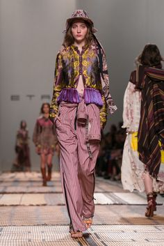 Veronica Etro presents her spring 2017 collection. Fashion 2020, 90s Fashion, Retro Fashion, Boho Fashion, Winter Fashion, Winter Outfits Women, Black Girl Fashion, Fashion Prints, Nice Dresses