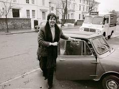 Auto dei Beatles. Paul McCartney con la sua Mini nel 1967.