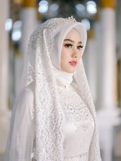 Adorable wedding hijab style you will love 74 Muslim Wedding Gown, Hijabi Wedding, Wedding Hijab Styles, Muslimah Wedding Dress, Hijab Style Dress, Muslim Brides, Hijab Gown, Pakistani Wedding Dresses, Bridal Dresses