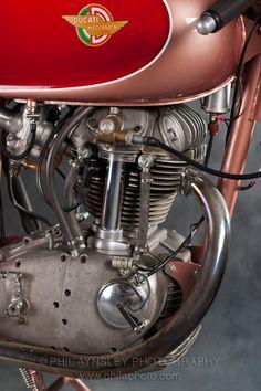 Moto Ducati, Ducati Motorcycles, Ducati Monster 400, Ducati Models, Retro Motorcycle, Motorcycle Engine, Sports Models, Street Bikes, Motorbikes