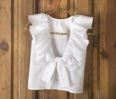 Blusa volante espalda--Blusa con escote en la espalda, con volante terminado en lazada.Composición: 100% algodón.