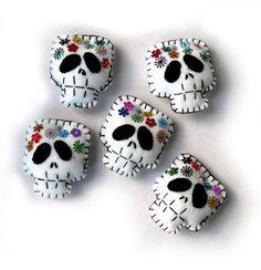 Fall Halloween, Halloween Crafts, Halloween Decorations, Halloween Sewing, Felt Crafts, Kids Crafts, Felt Skull, Manualidades Halloween, Felt Ornaments