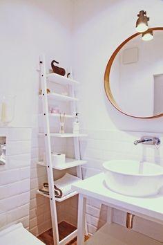mała biała łazienka gościnna w szafie - projekt i realizacja Anyform : Skandynawska łazienka od anyform