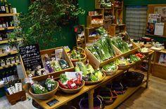 どれも新鮮で元気な野菜たちばかり。力強さが野菜の色や香りに現れているようです。 Fruit And Veg Shop, Vegetable Shop, Store Image, Farm Shop, Shop Window Displays, Store Design, Farmers Market, Coffee Shop, Natural