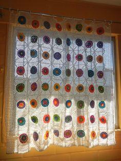 Anís - illa: Cortina tejida en crochet...colores. círculos y cuadritos...