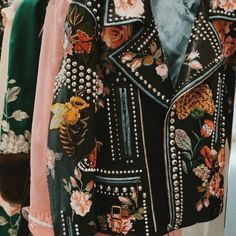 (cover pic via Gucci S/S 2016 ins@alwaysjudging) Embroidered pieces came back officially. We can find it everywhere at fashion week, runways,street snaps. This