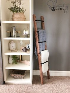 DIY Barn Door Pull Blanket Ladder,This is a super easy and quick project! Perfect for beginners. Free plans and how-to video at Place blankets. Quilt Ladder, Diy Blanket Ladder, Ladder For Blankets, Diy Furniture Projects, Home Projects, Home Made Simple, Skins Minecraft, Hm Home, Diy Barn Door