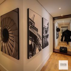 Os corredores também merecem detalhes, neste projeto fotos PB e uma chapelaria com requadro em madeira e espelho ao fundo  . The hallway also deserves attention to details!  #dicasfernandamarques #interiordesign #hallway#corredor#decoracao #decoration #decoraçãoétododia #decoracaodeinteriores #interiors #design #fernandamarques #fernandamarquesarquiteta