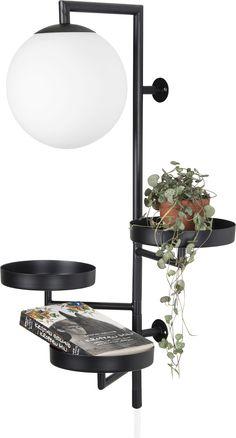 Vegglampen Astoria er en stilren vegglampe fra Globen Lighting. Denne vegglampen har en unik design. Under den kuleformede lampen er det tre hylleplan man kan fylle med fine pynteting. Bryteren er plassert på ledningen.   Globen Lightings Astoria-lampe vant tidskriftet Hus & Hem sin designerkonkurranse i 2016.   Lampetype: G9 maks 42W. L54 LED-lampe anbefales (inngår ikke).   Mål: H62 x B30 x D27 cm.  Materiale: metall, glass. Ledningen i tøy.   Farge: svart.