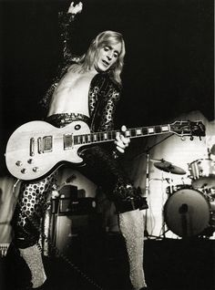 "Mick Ronson on stage.Michael ""Mick"" Ronson foi um guitarrista, compositor, arranjador e produtor musical inglês. É conhecido por seu trabalho com David Bowie, como um dos Spiders from Mars. Wikipédia Nascimento: 26 de maio de 1946, Kingston upon Hull, Reino Unido Falecimento: 29 de abril de 1993, Londres, Reino Unido Grupo musical: Mott the Hoople (1974) Filme: Ziggy Stardust and the Spiders from Mars"