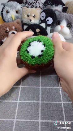 Pom Pom Crafts, Yarn Crafts, Pom Pom Animals, Instruções Origami, Woolen Craft, Diy Crafts For Kids, Handmade Crafts, Decoration, Craft Ideas