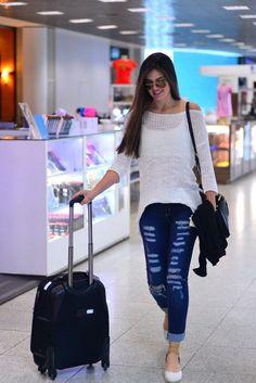 A atriz Camila Queiroz está arrasando nos looks, tanto para eventos e festas como para looks do seu dia a dia! Seu Estilo Moderno e super feminino é uma ótima referência para quem quer deixar suas produções despojadas e super charmosas! O GUARDA-ROUPA Camila adora looks com jeans: calça jeans, jardineira curta ou comprida, macacão… …