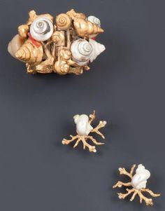Robert Goossens pour Yves SAINT LAURENT  Haute couture circa 1984 Bracelet manchette ouvrant en métal doré sculpté, repercé orné de coquillages en métal, en nacre, rehaussés de branches de corail, modèle de défilé plus une paire de boucles d'oreilles à l'identique.