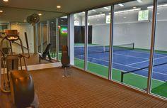 La habitación de las canchas de tenis es muy divertida. Yo juego tenis mucho en este habitción.