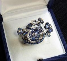 #18k #gold #diamonds #sapphires #ring #whitegold #goldenring #diamond #sapphire #highjewelry #finejewelry #exclusive #fashion #sapphireanddiamonds #кольцо #золотоекольцо #бриллианты #бриллиант #сапфиры #золото #эксклюзив #750gold