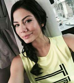 Demet ❤ Turkish Fashion, Turkish Beauty, Putting On Makeup, Jade Weber, She Was Beautiful, Summer Hats, Turkish Actors, Actors & Actresses, Hairstyle