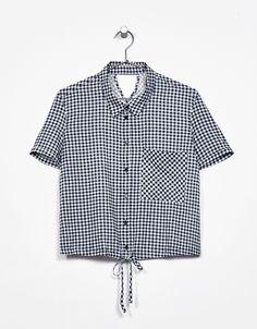 Camisa cropped bolsillo goma cintura. Descubre ésta y muchas otras prendas en Bershka con nuevos productos cada semana