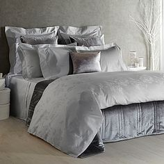 Sumptuous yet simple European bedding that is found in the finest luxury hotels, the opulent jacquard of the Frette At Home Giardino D'Inverno Duvet Cover brings a warm and refined look to your bed. Step in and prepare for an indulgent sleep experience.