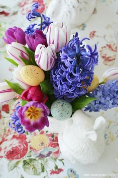 Easter table and blooming bunny vase centerpiece | ©homeiswheretheboatis.net #Easter #tablescapes #bunny #flowers Simple Centerpieces, Flower Centerpieces, Easter Monday, Floral Tablecloth, Easter Wishes, Easter Colors, Easter Table, Tablescapes, Bunny