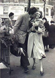 """DOISNEAU Les amoureux aux poireaux,1950       """"World Kiss Day ! Concours GLOSSYBOX"""""""