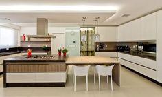 cozinhas modernas amplas com ilha no centro
